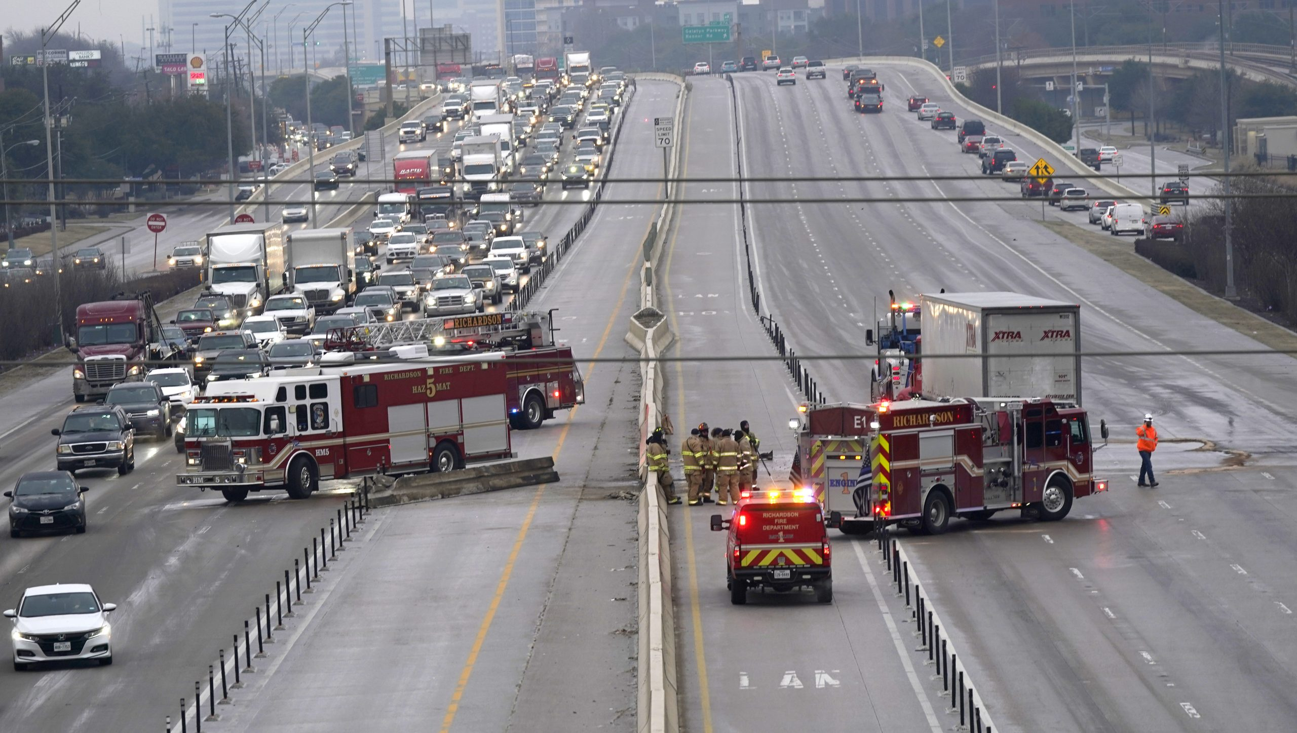 At least 3 dead, multiple people trapped in icy 100-car freeway pileup in Fort Worth 6