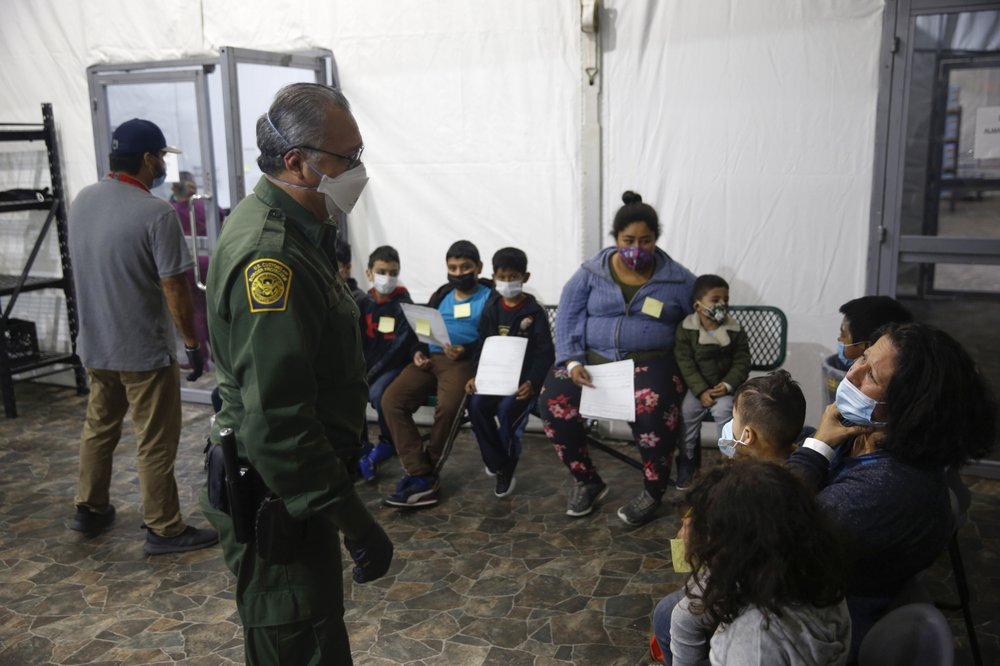 Journalists observe over 4,000 migrants, many kids, crowded into Texas facility 6