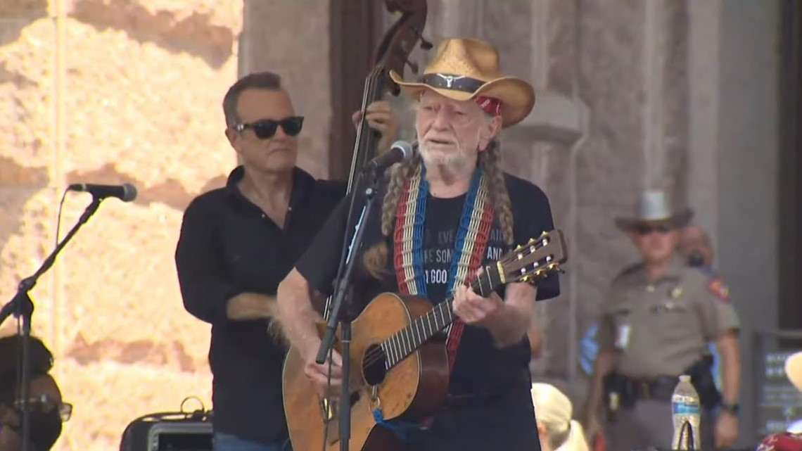 Willie Nelson, Beto O'Rourke rally with hundreds for voting rights at Texas Capitol 3