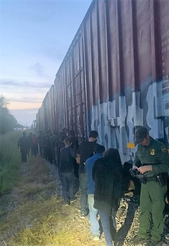 18 migrants found crammed in open rail car in south Texas 6